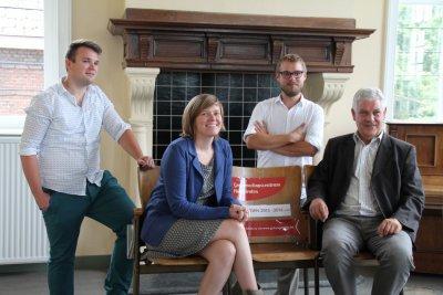 Theaterstoelen kondigen het culturele programma van GC Hoogstraten aan.