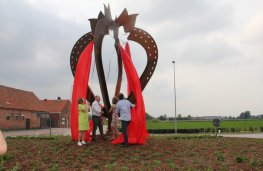 Onthulling kunstwerk 'De Aardbei' - Gaston Opdekamp, Sonja De Becker, Luc Bogaerts, Tinne Rombouts